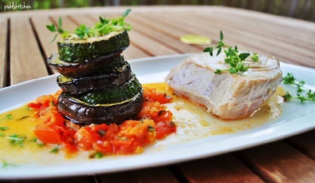 Thunfischfilet an Aubergine-Zucchini-Türmchen auf Tomatenspiegel